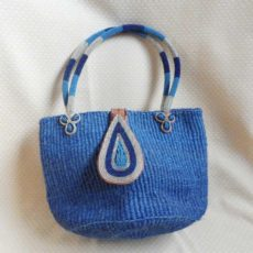 Bkib-Kenyan-kiondo-bag-blue-teardrop-clasp-600x600Handbags-handmade-of-sisal-with-beaded-clasp-and-handles-from-Kenya-for-sale-bazaar-africa