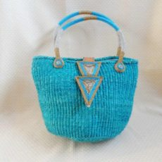 Bkitq-Kenyan-kiondo-bag-turquoise-geometric-clasp-600x600Handbags-handmade-of-sisal-with-beaded-clasp-and-handles-from-Kenya-for-sale-bazaar-africa